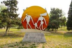 L'Asie Chine, Pékin, parc de palais de Sun, sculpture en paysage, famille Photo stock