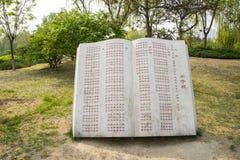 L'Asie Chine, Pékin, parc de palais de Sun, sculpture en paysage, livre en pierre, mesure de disciple Photos libres de droits