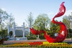 L'Asie Chine, Wuqing, Tianjin, expo verte, l'arcade en pierre, sculpture rouge en paysage Images libres de droits