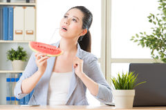 L'Asie est vraiment chaude tout le monde qui mange la pastèque douce pour la somme chaude Photographie stock libre de droits
