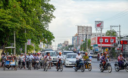 L'Asie, Myanmar : Le trafic de motocyclette à une intersection à Mandalay Photo stock