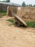 L'asino cary sta stando prima della casa dell'argilla Fotografie Stock