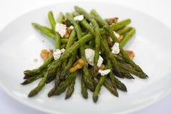 L'asparago ha arrostito con le noci ed il formaggio di capra Fotografia Stock