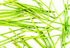 L'asparago verde fresco spara il modello, vista superiore Sopra bianco Modello di disposizione del piano dell'asparago del fondo  Fotografia Stock Libera da Diritti