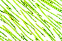 L'asparago verde fresco spara il modello, vista superiore Sopra bianco Modello di disposizione del piano dell'asparago del fondo  Fotografie Stock