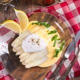 L'asperge blanche a servi avec de la sauce et un Poache fins à hollandaise photos stock