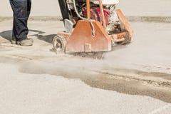 L'asphalte ou la coupe concrète avec scie la lame photographie stock libre de droits