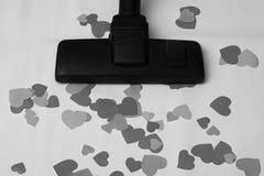 L'aspirateur enlève les coeurs, le thème d'interrompre les relations, la fin de l'amour, photo noire et blanche Photo libre de droits