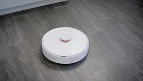 L'aspirateur robotique autonome se déplace au-dessus du plancher dans la maison et la surface de nettoyage, tournant sans contrôl banque de vidéos