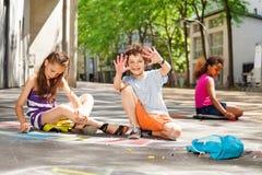 L'aspiration d'enfants avec l'enfant de craie montre des paumes Photo stock