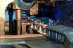L'Assemblée des chaînes usine renforcement de machine Images stock
