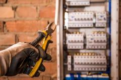 L'Assemblée du panneau électrique, du travail d'électricien, d'un robot avec des fils et des disjoncteurs images libres de droits