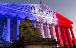 L'Assemblée nationale française s'est allumée avec les couleurs du Na français Photographie stock