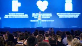 L'assistance écoute le conférencier à la conférence banque de vidéos