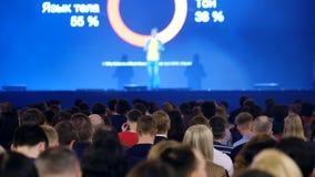 L'assistance écoute le conférencier à la conférence clips vidéos