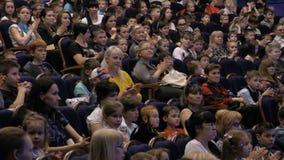 L'assistance a applaudi pour une représentation ou une présentation dans le théâtre Enfants et adultes semblables Théâtre du jeun banque de vidéos