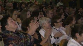 L'assistance applaudie au théâtre de drame La Russie, Samara, le 10 septembre 2017 banque de vidéos