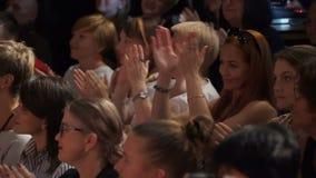 L'assistance applaudissent les artistes clips vidéos