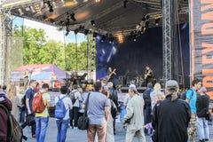L'assistance au festival dans la scène de musique photos libres de droits