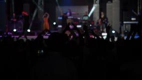 L'assistance heureuse Raisies de fond lent de vidéo animée remet le concert Hall Silhouettes Dancing People de coeur de forme d'e banque de vidéos