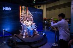 L'assistance s'asseyent sur des trônes de fer Image libre de droits