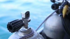 l'assistant lie avec le cylindre d'oxygène de corde pour plonger au bateau banque de vidéos