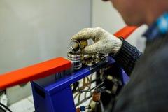 L'assistente di laboratorio controlla la qualità dei prodotti petroliferi in laboratorio fotografia stock