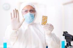 L'assistente di laboratorio nel concetto di sintesi della droga Fotografia Stock