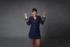 L'assistente di volo gestures la v per successo immagini stock libere da diritti