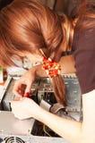L'assistente tecnico della donna sta riparando il calcolatore Fotografie Stock Libere da Diritti
