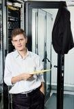 L'assistente tecnico nel basamento del vestito nel centro dati Immagine Stock