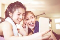 L'associé heureux d'ami de forme physique prend le selfie dans le gymnase de forme physique Photographie stock libre de droits