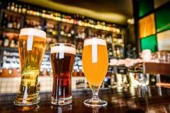 L'assortiment de bière dans le bar Image stock
