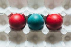 L'assortiment de couleur différente, frais, poulet eggs à un arrière-plan gris de plateau Images libres de droits