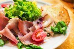 L'assortiment des fruits de mer fumés a servi avec de la salade et la biscotte Photos stock