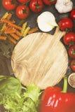L'assortiment des légumes frais poivrent, des tomates-cerises, oignons Photographie stock