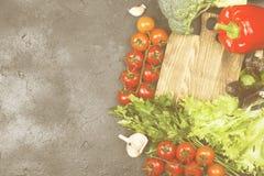 L'assortiment des légumes frais poivrent, des tomates-cerises, oignons Photo stock
