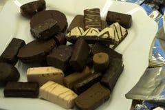 L'assortiment du fond délicieux de bonbons au chocolat, se ferment  images stock