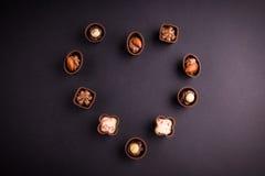 L'assortiment du noir et les bonbons au chocolat à lait au coeur forment Images libres de droits