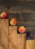 L'assortimento dei frutti è su una tavola di legno rustica Immagine Stock Libera da Diritti