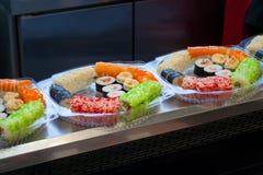 L'assortimento dei sushi arriva a fiumi i recipienti di plastica Fotografia Stock Libera da Diritti