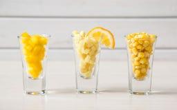 L'assortimento di giallo ha tagliato le verdure in vetro di colpo su fondo bianco Immagine Stock Libera da Diritti