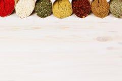 L'assortimento di polvere varia aromatizza il primo piano sul bordo di legno bianco come confine decorativo con lo spazio della c Immagini Stock