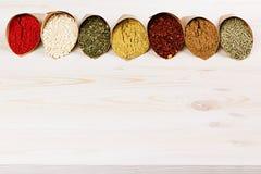 L'assortimento di polvere varia aromatizza il primo piano sul bordo di legno bianco come confine decorativo con lo spazio della c Fotografia Stock