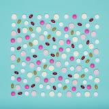 L'assortimento di varie pillole colourful isolate su pastello blu ha colorato il fondo Pillole di prescrizione e del farmaco Fotografie Stock Libere da Diritti