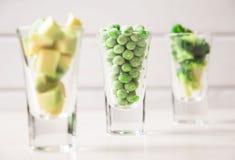 L'assortimento di verde ha tagliato le verdure in vetro di colpo su fondo bianco Fotografia Stock Libera da Diritti