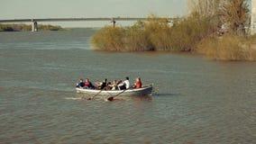 L'Astrakan, Russie, 27 d'avril 2018 : Filles scout et Garçon-scouts ramant l'équipe sur l'eau r clips vidéos