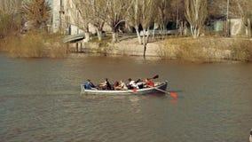 L'Astrakan, Russie, 27 d'avril 2018 : Garçon-scouts ramant l'équipe sur l'eau La Volga dans l'Astrakan-ville clips vidéos