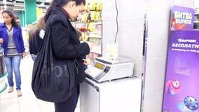 L'ASTRAKAN, RUSSIE - 19 octobre 2014 femmes bying dedans banque de vidéos