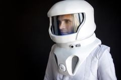L'astronaute dans un casque regarde vers le bas Costume d'espace fantastique Exploration d'espace extra-atmosphérique Photos libres de droits
